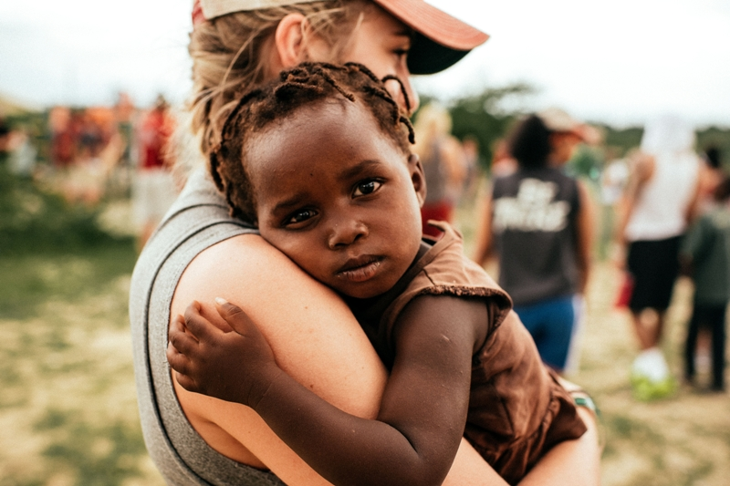 bambina in braccio a ragazza
