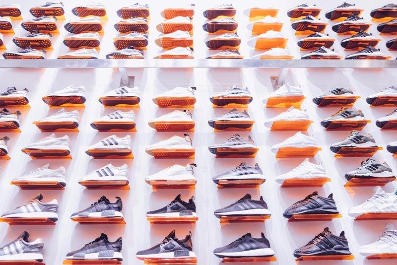 Scarpe sportive nello scaffale