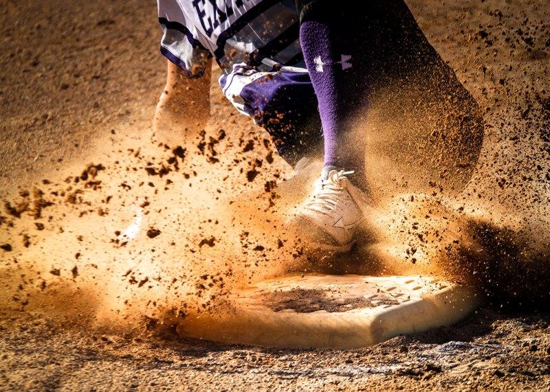 Giocatore di baseball che atterra sulla base